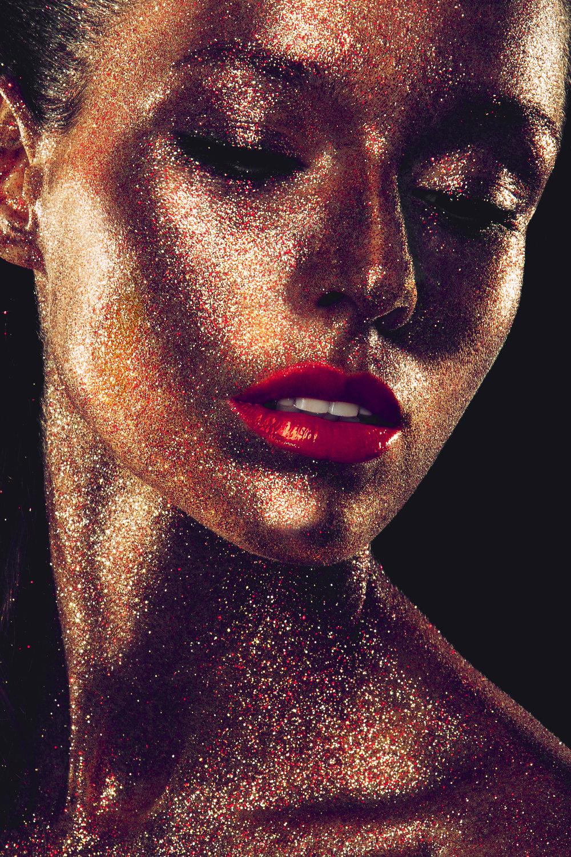 beautyful-girl-with-gold-glitter-on-her-face-3ZGA82N.jpg
