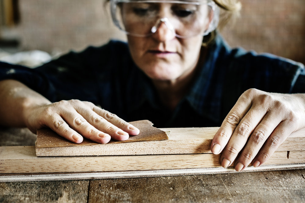carpenter-working-with-a-wood-P4ZEDGF.jpg