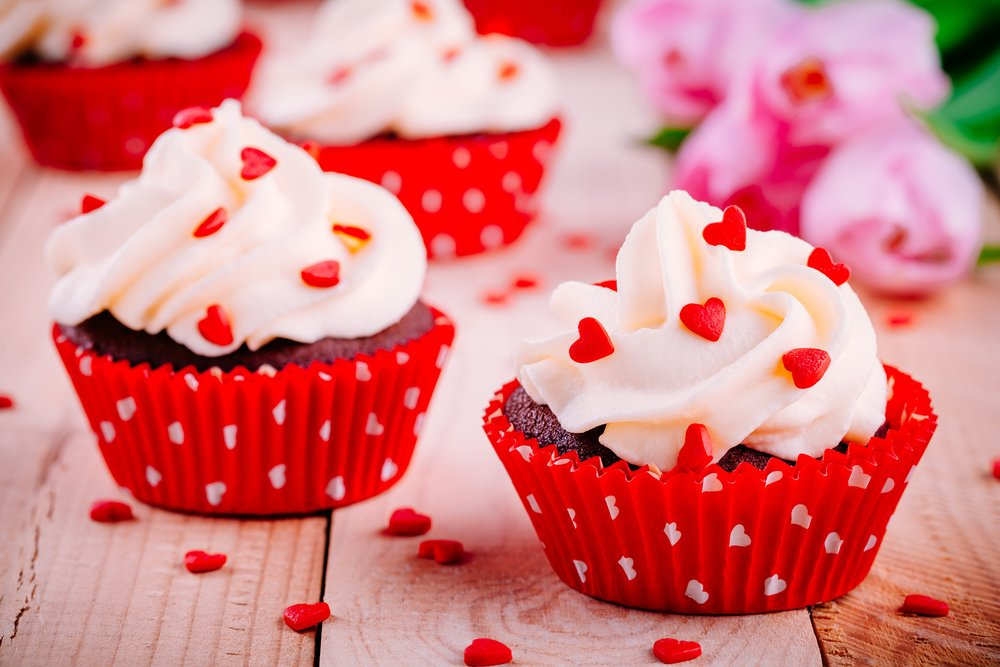 chocolate-cupcakes-with-vanilla-cream-and-red-JEH84A9.jpg