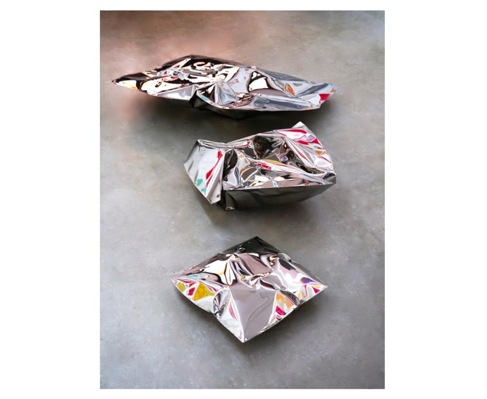 Ensemble 3 coussins   Hubert Millet, volume en inox, emprise au sol : 250 x 150 cm