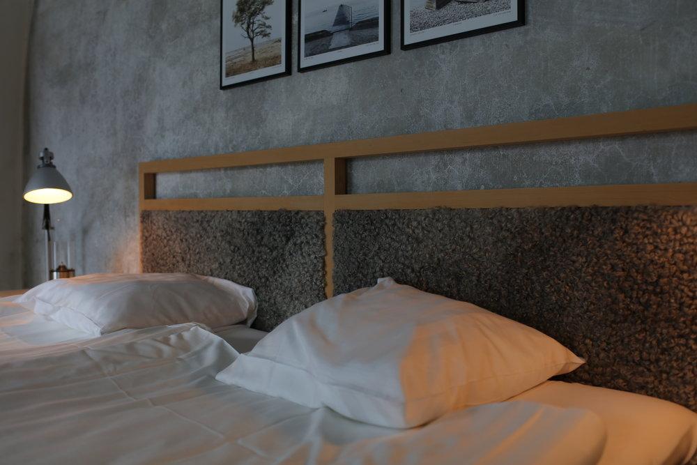 Suite - Mit einer eigenen Terrasse zum Innenhof ist die 30 m² große Suite im Gewölbeteil ein außergewöhnliches Erlebnis. Handgefertigte Möbel von GAD und Produkte aus Idyllien aus Gotland.