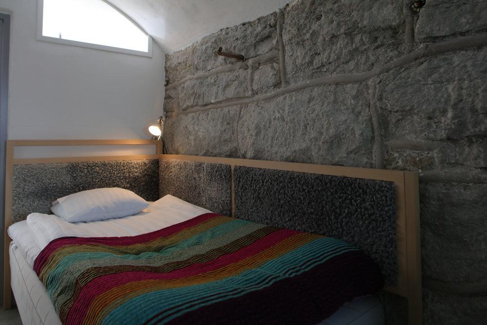 Einzelzimmer mit Gewölbe - Unsere Einzelzimmer im Gewölbeteil sind 17 m² groß und bieten den Gästen handgefertigte Möbel der gotländischen Unternehmen G.A.D und Produkte von Idyllien.