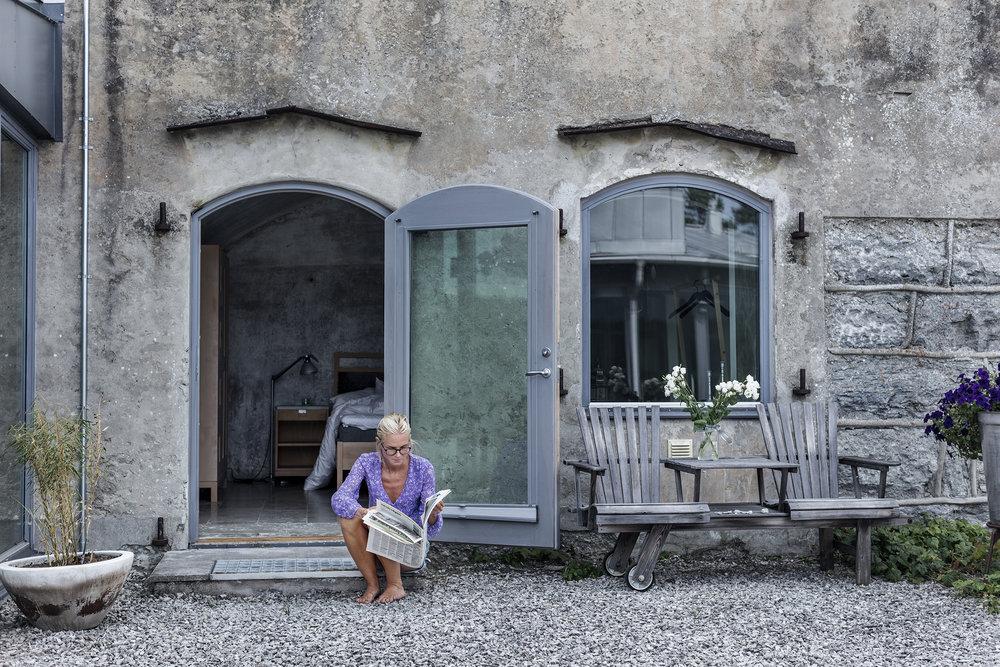 Sviten - Med en egen uteplats mot gården är sviten på 30 kvm i valvet en upplevelse utöver det vanliga. Handgjorda möbler från gotländska G.A.D och produkter från Idyllien.