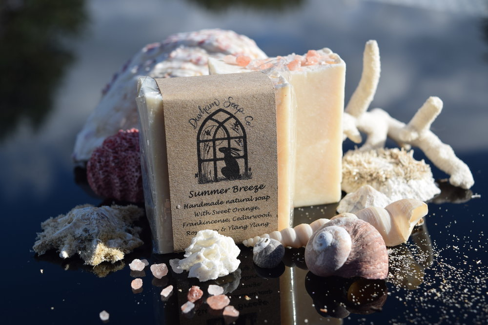 Summer Breeze - Natural soap, handmade with our blend of pure plant oils, enriched with moisturising shea butter, cocoa butter and castor oil for a rich and creamy lather. Our soap is fragranced with a blend of sweet orange, frankincense, rosemary, cedarwood and ylang ylang essential oils and sprinkled with pink Himalayan salt to evoke a sweet scent of a warm, gentle breeze ...🤐 the sea ocean. Ingredients: Sodium olivate (olive oil), Sodium cocoate (coconut oil), Sodium sunflowerate (sunflower oil), Sodium shea butterate (shea butter), Sodium cocoa butterate (cocoa butter), Aqua (water), Glycerin, Sodium castorate (castor oil), Sodium chloride (Himalayan salt), Citrus sinensis peel oil expressed (sweet orange oil), Cananga odorata flower oil (ylang ylang oil), Rosmarinus officinalis leaf oil (rosemary oil), Cedrus atlantica wood oil (cedarwood oil), Boswellia carterii oil (frankincense oil), Tocopherol (Vitamin E), Benzyl benzoate*, Benzyl salicylate*, Farnesol*, Limonene*, Linalool*, * = occurs naturally in essential oils.