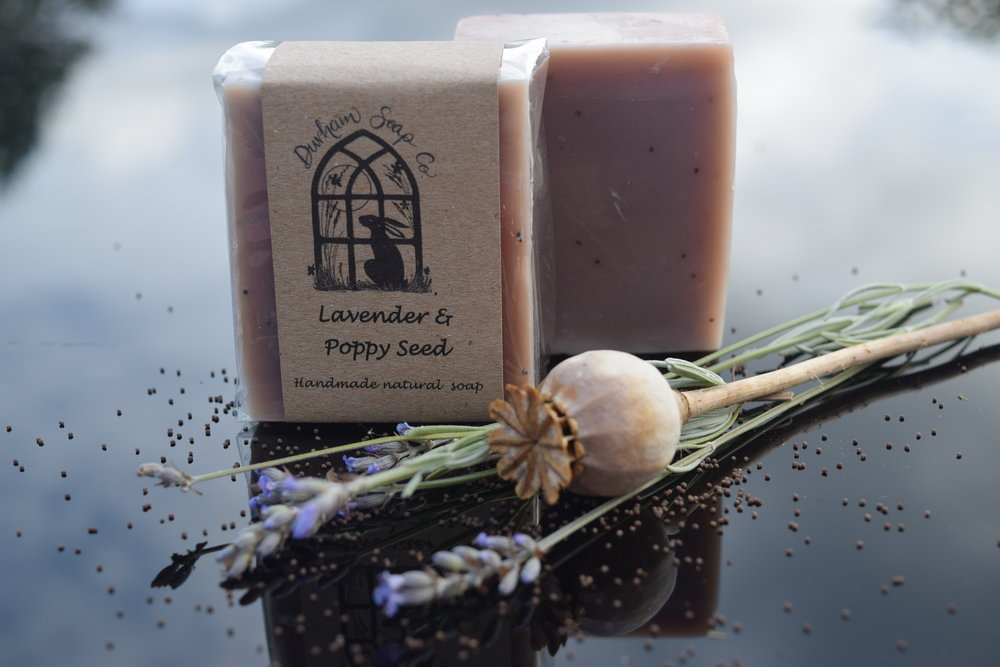 Lavender Poppy seed - Natural soap, handmade with our blend of pure plant oils, enriched with moisturising shea butter, cocoa butter and castor oil for a rich and creamy lather. Our soap is fragranced with pure lavender essential oil, known for its calming properties and is infused with a sprinkling of ground poppy seeds to give your skin a gentle scrub. 👀Ingredients: Sodium olivate (olive oil), Sodium cocoate (coconut oil), Sodium sunflowerate (sunflower oil), Sodium shea butterate (shea butter), Sodium cocoa butterate (cocoa butter), Aqua (water), Glycerin, Sodium castorate (castor oil), Lavandula angustifolia (Lavender oil), Papaver somniferum seed (poppy seeds), Tocopherol (Vitamin E), Alkanna tinctoria root extract, Limonene*, Linalool*, * = occurs naturally in essential oils.