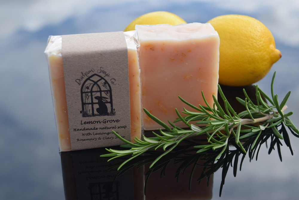 Lemon Grove - Natural soap, handmade with our blend of pure plant oils, enriched with moisturising shea butter, cocoa butter and castor oil for a rich and creamy lather. Our soap is infused with golden calendula petals and fragranced with a blend of lemongrass, may chang, rosemary and clary sage essential oils to evoke the invigorating, citrus and herbal scent of the terraced lemon groves of Italy's Amalfi coast. 🙄Ingredients: Sodium olivate (olive oil), Sodium cocoate (coconut oil), Sodium sunflowerate (sunflower oil), Sodium shea butterate (shea butter), Sodium cocoa butterate (cocoa butter), Aqua (water), Glycerin, Sodium castorate (castor oil), Cymbopogon citratus oil, (lemongrass oil), Litsea cubeba oil (may chang oil), Rosmarinus officinalis leaf oil (rosemary oil), Salvia sclarea (clary sage) oil), Calendula officinalis flower (calendula flowers), Tocopherol (Vitamin E), Citral*, Limonene*, Linalool*, * = occurs naturally in essential oils.