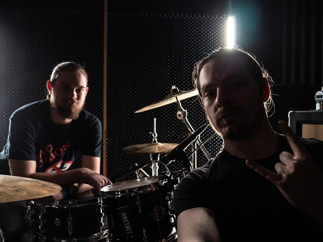 Че-то давненько ничего не выкладывали... Вот вам Виталий и Влад после очень продуктивного дня по настройки барабанов и микрофонов к ним😁!