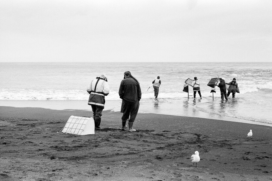 Fuji Neopan 400 - Whitetbaiters having a yarn.jpg