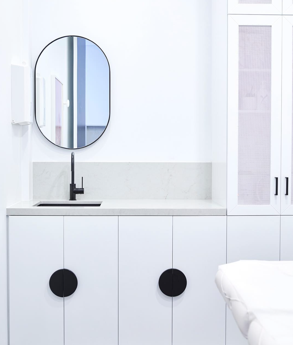 WHITE ON WHITE - Subtle tones in the treatment room are highlighted with vertically. A smart round black handle becomes the feature.
