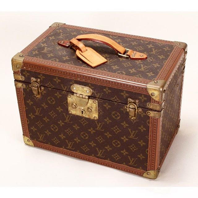 Travel in style with a little bit of luxe - this Vintage Louis Vuitton Cosmetic Travel Case to be included in our October auction #aalders #aalders_sydney #aaldersauctions #louisvuitton #louisvuittonparis #louisvuittonbags #louisvuittonlover #louisvuittonparis #louisvuittontrunk #louisvuittonforsale #louisvuittonluggage #louisvuittonvintage #louisvuittoncollector #louisvuittonhandbag #sydneyantiques #sydneyauctions #antiquesforsale #antiquesroadshow #antiquesofinstagram