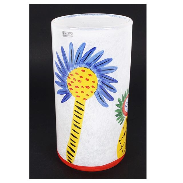 Slip into summer with this bright and cheerful Kosta Boda Art Glass Vase, in collaboration with iconic Australian artist Ken Done. Perfect for the beach house or to inject a little colour into your life. Heaps of Scandinavian glass coming up in our October auction, including Kosta Boda, Iittala and Pukeberg #aalders #aalders_sydney #aaldersauctions #kostaboda #kostabodaglass #kostabodavase #scandinaviandesign #scandinavianglass #kendone #kendonegallery #scandinavianstyle #australianstyle #australianglass #australianartglass #scandinavianartglass #sydneyantiques #sydneyauctions #antiquesforsale #antiquesroadshow #antiquesofinstagram