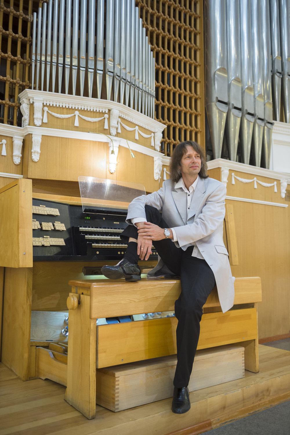 - Aare-Paul Lattik er en estisk organist med fransk orgelrepertoar som hovedfelt. Han avla mastergrad ved Estlands musikk- og teaterakademi før han studerte med noen av Frankrikes fremste organister, som prof. Louis Robilliard ved Conservatoire de Lyon. Fra 2000 til 2008 var Lattik organist og kunstnerisk leder ved Svenska S:t Mikaelskyrkan i Tallinn. Fra 2006 har han undervist ved Estlands musikk- og teaterakademi. Den dyktige organisten har spilt ved en rekke store arenaer i Europa. I tillegg har han samarbeidet med estiske komponister som Mart Siimer, Ester Mägi, Alo Põldmäe om urfremføringer av nye orgelverker. Lattik har mottatt flere priser for sitt orgelspill.Foto: Vyacheslav Andreyev