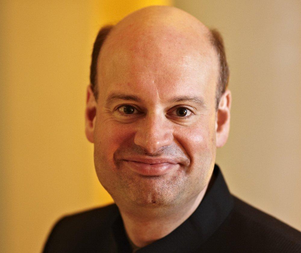 - Stephen Layton er en av de mest ettertraktede dirigentene i sin generasjon, særlig innenfor vokalmusikken der han har hatt en stor innflytelse som dirigent. Han er sjefdirigent og kunstnerisk leder for Polyphony samt The Choir of Trinity College Cambridge og Holst Singers. Layton blir jevnlig invitert til å arbeide med verdensledende kor og orkestre som Nederlands Kamerkoor, SWR Vokalensemble, Estonian Philharmonic Chamber Choir, Eric Ericsons Kammarkör, Orchestra of the Age of Enlightenment og London Sinfonietta. Layton har også vunnet eller blitt nominert til store internasjonale priser som Gramophone Awards, Grammy Awards og Diapason d'Or de l'Année. Layton arbeider tett med samtidskomponister om fremføring av deres verker, og hans mangeårige samarbeid med Arvo Pärt og John Tavener har resultert i en rekke fantastiske konserter og innspillinger.Foto: Keith Saunders