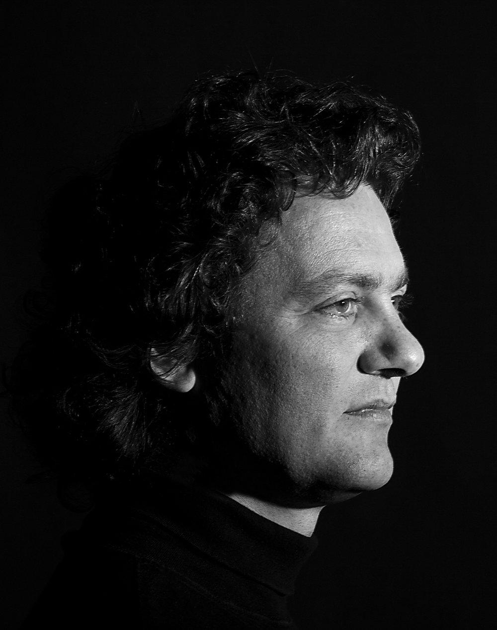- Njål Sparbo har siden debuten i 1991 markert seg som en av Norges mest aktive og allsidige sangere, med et repertoar som dekker både opera, romanser og kirkemusikk. Gjennom sin interesse for samtidsmusikk har han medvirket på tallrike urfremføringer, sceniske oppsetninger og plateinnspillinger. Sparbo er blitt tildelt en rekke stipendier og priser. Han har hatt solistengasjementer med samtlige store kor og orkestre i Norge, og har hatt konserter i Europa, Russland, Japan, Sør-Korea og USA. Han opptrer jevnlig på festivaler, operascener, i radio og TV, og har 30 plateinnspillinger bak seg.Foto: Elisabeth Wathne