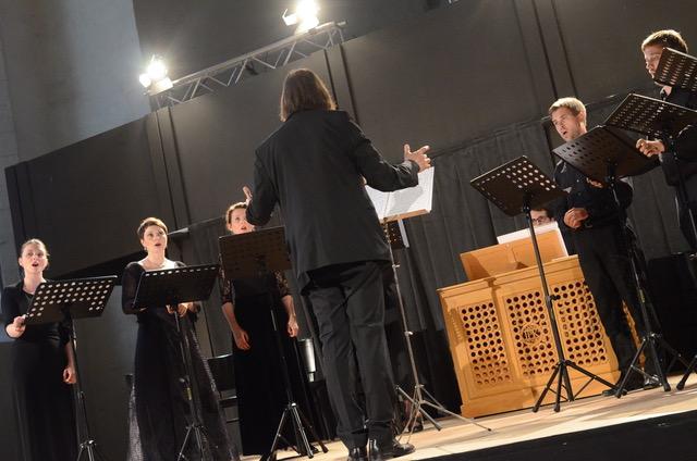 - Kölner Akademie Chor består av profesjonelle sangere som samarbeider med Kölner Akademie på en rekke prosjekter. Koret er fleksibelt og fremfører musikk med en bredde som strekker seg fra Pergolesi og Bach til Kurt Weill og Arvo Pärt.