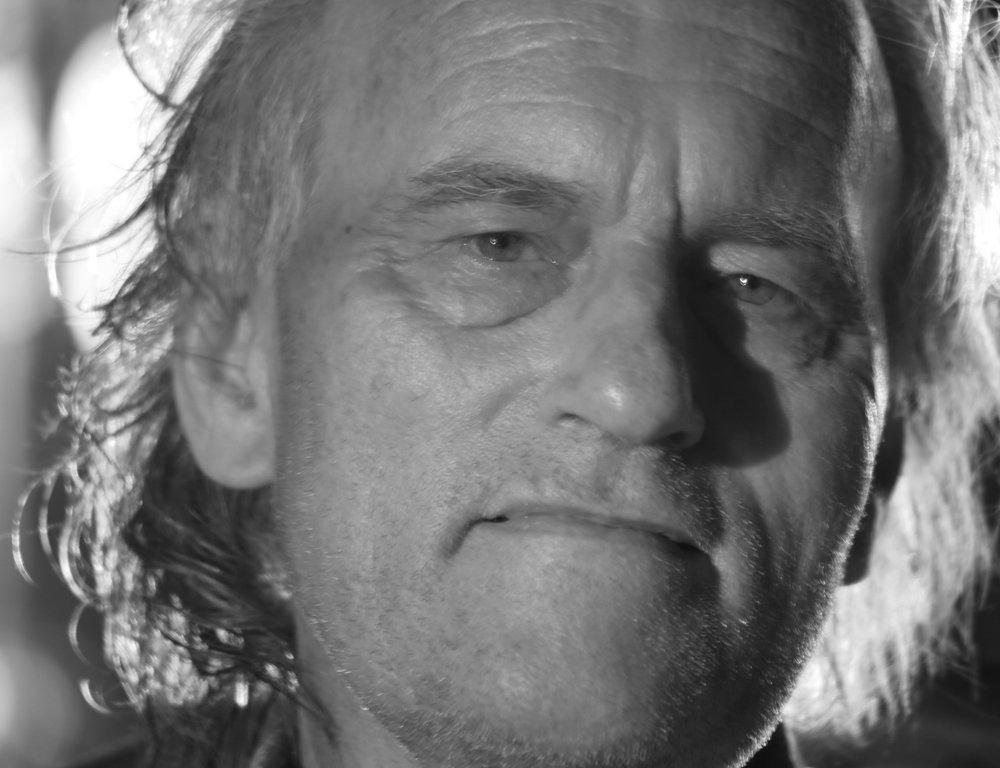- Erling Kittelsen er forfatter, lyriker og oversetter. Siden 1970 har han gitt ut en rekke diktsamlinger, romaner og skuespill. Han har oversatt og gjendiktet verker av He Dong, Jamshed Masroor og Jalal al-Din Rumi. Kittelsen har vært en pioner innenfor samarbeid med eksilpoeter og har gjendiktet deres lyrikk til norsk. I tillegg har han samarbeidet med språkeksperter om gjendiktning av latvisk folkediktning og klassiske tekster fra persisk, sumerisk og koreansk. Kittelsen har mottatt Aschehougprisen (1990), Språklig samlings litteraturpris (1999), Doblougprisen (2002) og Vindtornprisen (2017).