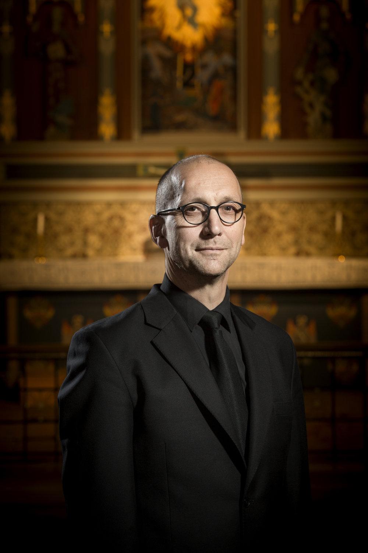 - Tore Erik Mohn er utdannet ved Trøndelag musikkonservatorium og Norges musikkhøgskole. Han har også studert orgel med Guy Bovet i Sveits. Mohn er til daglig domorganist i Fredrikstad domkirke med ansvar for korvirksomheten. Han underviser i korledelse ved Norges musikkhøgskole og er fra 2018 dirigent for kammerkoret NOVA. Fra 1995 til 2005 var han dirigent for Oslo Filharmoniske Kor, og fra 2006 til 2015 var han kormester under Spelet om Olav den heilage på Stiklestad. Han har ellers arbeidet med Trondheimsolistene, Det Norske Blåseensemble, Majorstua kammerkor, Sølvguttene og Midtnorsk solistensemble.Foto: Tom Egil Jensen