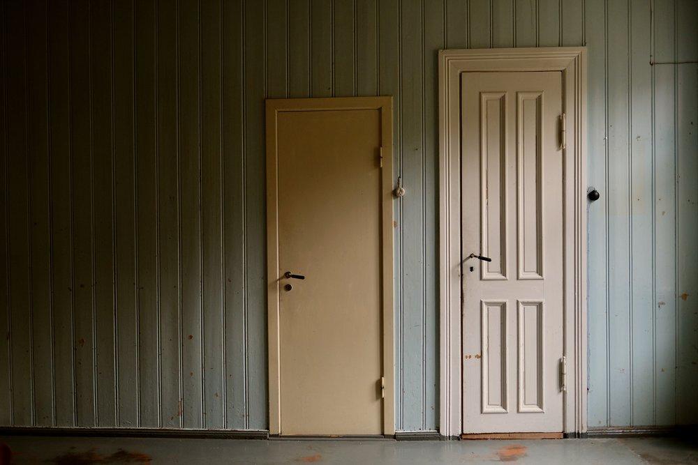 60-talet møter 1893. Bak døra til venstre er det do, doromet var i si tid ein del av matkammerset. Bak døra til høgre er det bad/dusjerom. Døra til venstre har nok ei usikker framtid.
