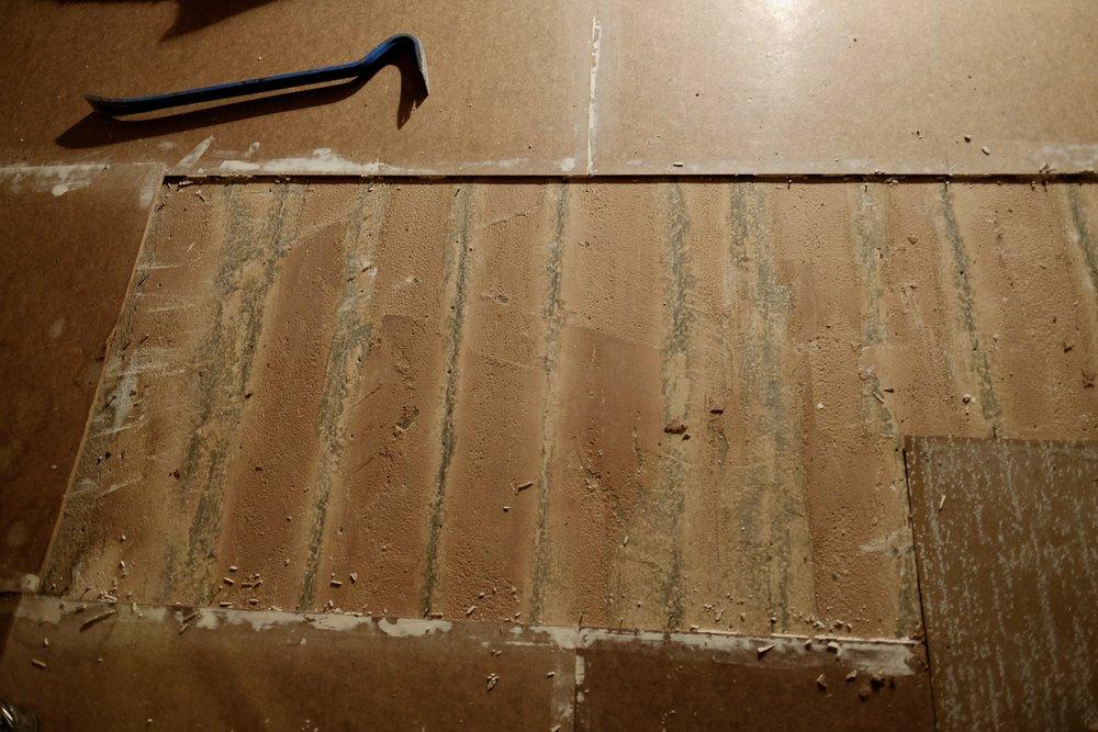 Under platene ser det slik ut. Tregolv med avrettingsmasse oppå. Flaks at det var golvet som var avretta og ikkje me!