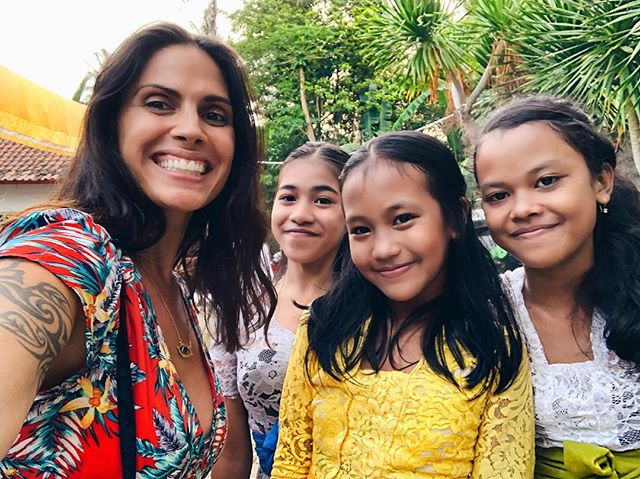 I mean... does it get any more beautiful!? Can you feel their energy?? These vibes? PURE JOY - when staying in different villages in Bali I had some of the most profound life-changing experiences. Some involved earthquakes, some involved ceremonies, some involved working with healers and clearing foundational wounds, some involved me guiding shamanic journeys and meditations for others but this one... this one was simply about these three QUEENS approaching me with their purity, their love, their radiance asking for a hug and a picture that BLASTED me and my heart wide open • After just five minutes with them my heart was so open I sobbed from my soul for the next hour ♥️ Kindness, warmth, purity, smiles, truth, connection - it's really what we're here for and what We want • Who opens your heart? Who fills your being with joy and warmth? Who lifts your spirit and shifts your soul just by hugging them? Give them love and tag them below! #rockstarshaman