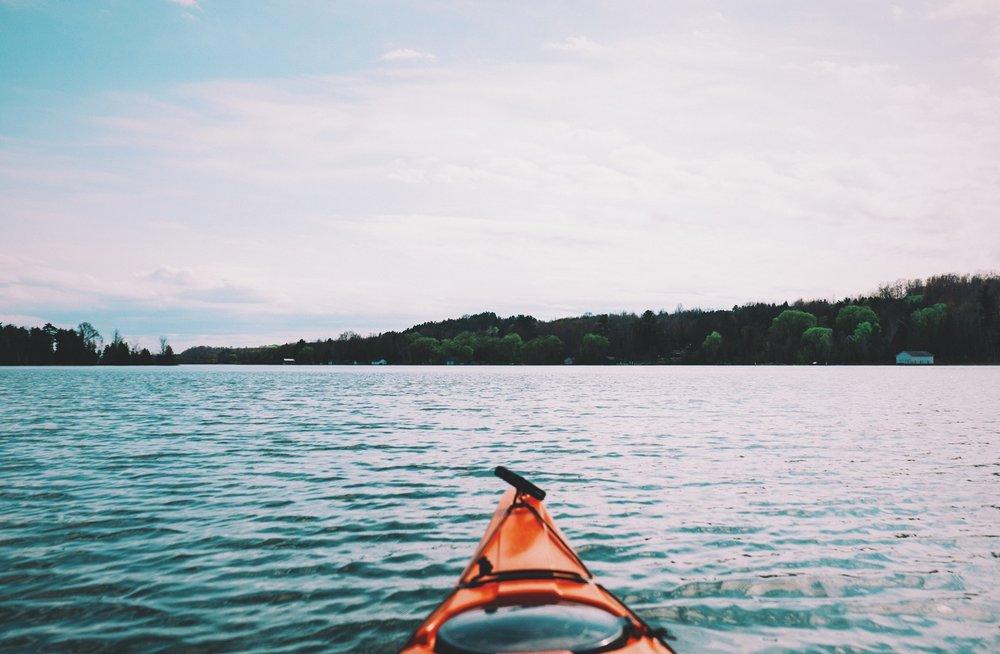 Kayak de mer - Des kayaks de mer sont à votre disposition(avec certaines ententes)pour longer la rive du Saint-Laurent. Il est possible de vous rendre jusqu'au port de Les Méchins en moins d'une heure. Rien de mieux d' avoir la chance d'observer la vie marine du fleuve.