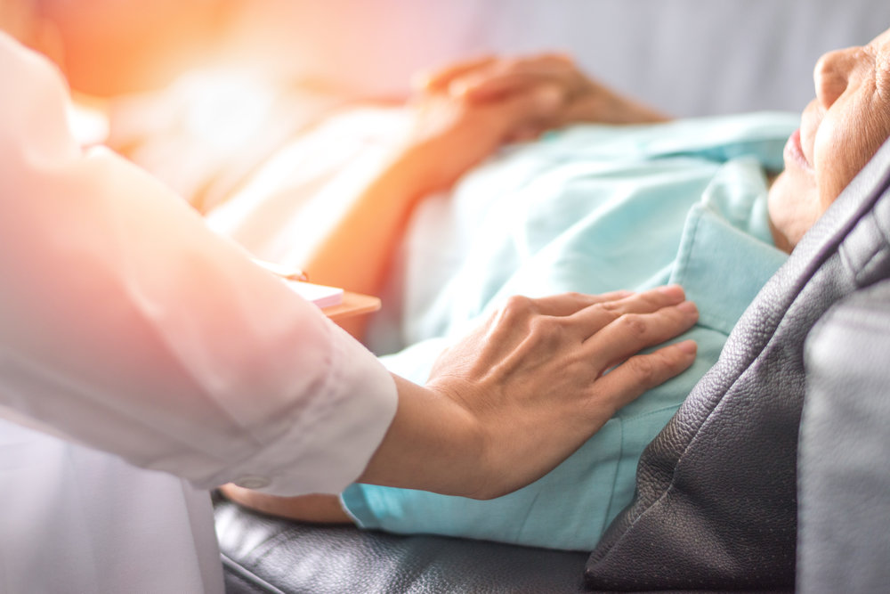 Una endoscopia superior es un procedimiento que se utiliza para examinar visualmente el sistema digestivo superior con una pequeña cámara en el extremo de un tubo largo y flexible.