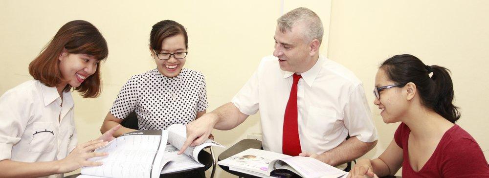 thầy Patrick và học viên trong khóa học giao tiếp