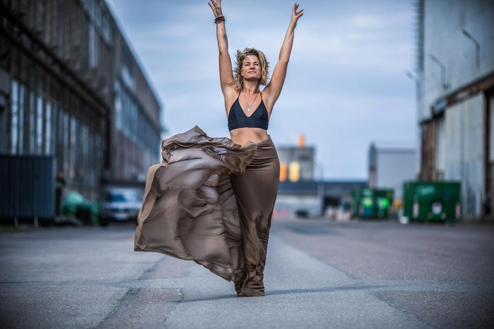 """FeminineFlow - """"Dancing is a spiritual exercise in a physical form""""Mie startede Feminineflow konceptet i 2011, og har siden guidet hundredevis af kvinder gennem hendes kurser, workshops og retreats landet over. FeminineFlow er hendes eget koncept udviklet til kvinder med fokus på at forbinde krop og hoved gennem bevidst bevægelse. Hendes dybe vision og drivkraft ligger i, at give det videre som vi alle i bund og grund er født med: En naturlig kontakt til kroppen og din egen kærlighed til dig.  Du er lige som du skal være. FeminineFlow er en bevægelse, som støtter din tillid til at du mærker rigtigt, at din krop er med dig og ikke imod dig og at du har al den power og kraft til at bevæge dig i den retning du i virkerligheden ønsker I dit liv. Og du er nødt til at mærke din krop – du kan ikke kun tænke dig til det."""