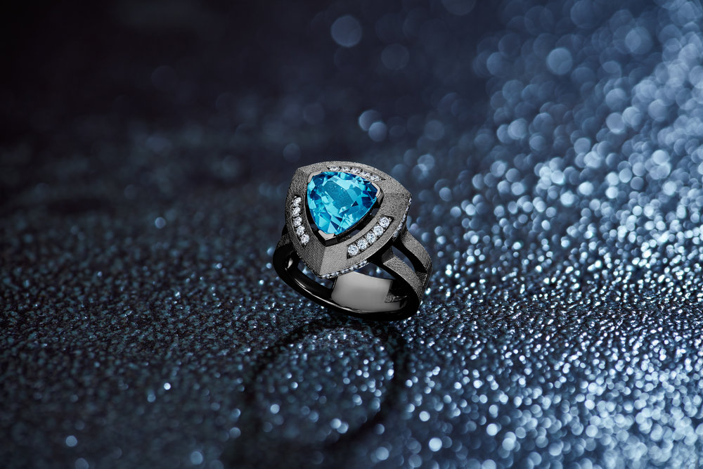 Loraina_Joaillier_Createur-Bague-Troida-Or-Blanc-Mat-Topaze-bleue-diamants-Still.jpg