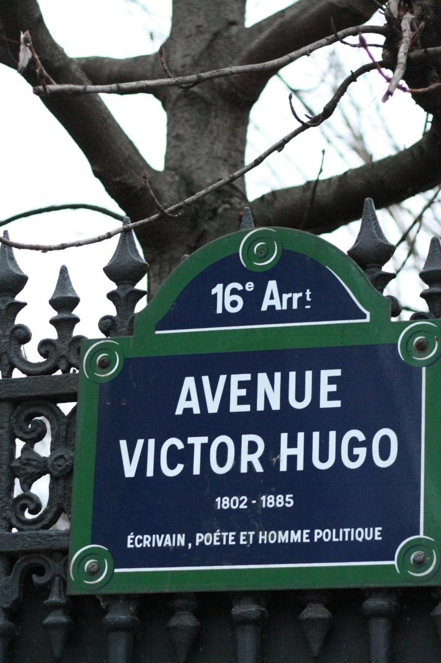 Victor Hugo et alentours impérativement - pour Sarah qui voyage énormément et qui souhaite enfin trouver un véritable home quand elle est à Paris