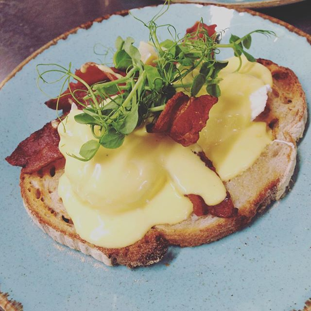 E G G S  B E N N Y For daaaays! Head down for a spot of Brunch and grab a classic! - Wash it down with a cheeky flatly and we promise your day will be made. ____________________________ #brunching #eggsbenedict #eggsbenediction #specialitycoffee #flatwhite #trenthamestate #trenthamshoppingvillage #thisisburr