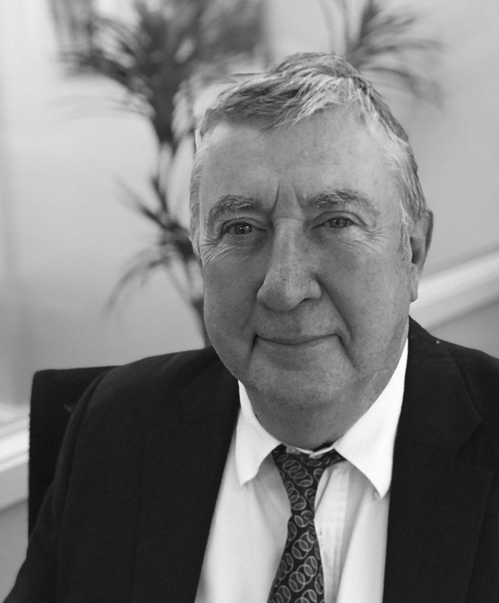 GERARD SAGNIER   Analista financer  Llicenciat en Economia, comença la seva carrera el 1988 com a analista financer en els parquets de Paris, on va agafar experiència amb els mercats de valors. Entre 1992 i 2012, s'incorpora a l'equip de Crédit Agricole Asset Managment com a analista tècnic, funció que va més tard exercir a Aurel BGC fins al 2015.  El 2017 s'uneix a l'equip de Viñals Nogal Family Office per aportar la seva llarga experiència com a analista tècnic i financer.  És autor de diversos llibres sobre economia i finances, i ha col·laborat com professor i coach amb nombroses institucions de formació, com ara Waldata, ESLSCA Business School Paris o ISC École de commerce
