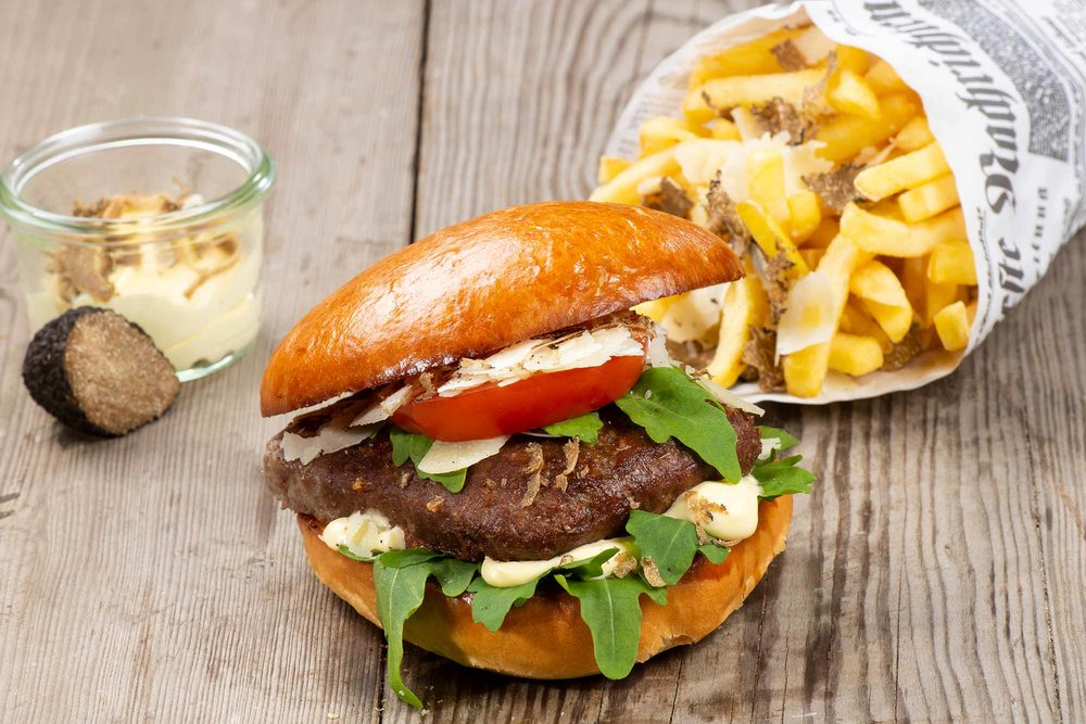 Deluxe Burger - Brioche, 200g Rindfleisch, Trüffel, Trüffel Mayonnaise, Rucola, Tomate, Parmesan