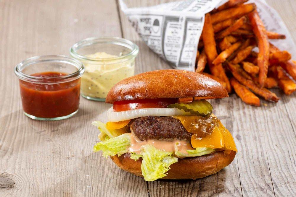 Emils Burger - Brioche, 200g Rindfleisch, Cocktail Sauce, Eisbergsalat, Tomate, Gewürzgurke, Zwiebelringe, Cheddar Käse