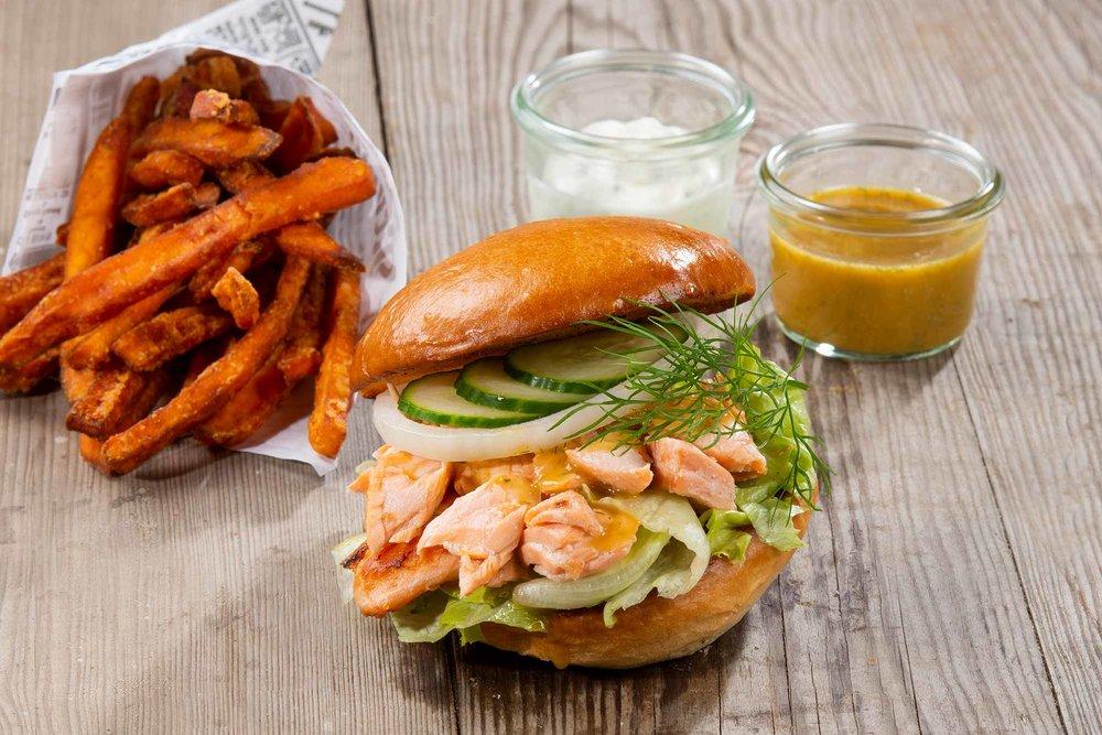 Pulled Lachs Burger - Brioche, Pulled Lachs, Honig-Senf Sauce, Eisbergsalat, Salatgurke, Zwiebelringe