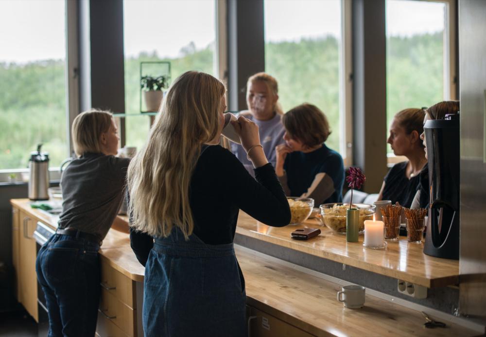 «Cafe Ally» er et populært samlingssted for kafékvelder, kirkekaffe og spillkvelder.