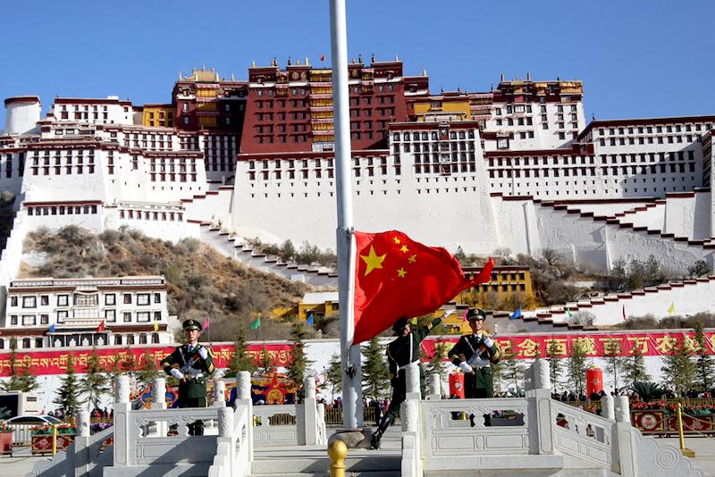 Le drapeau de la Chine face au palais du Potala au cœur de Lhassa