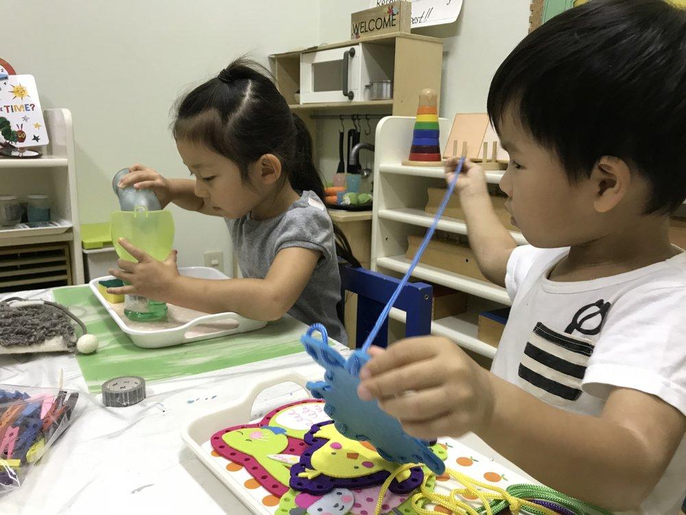 子ども達が実践的な日常生活の練習をしている様子(ポアリングとレーシング)