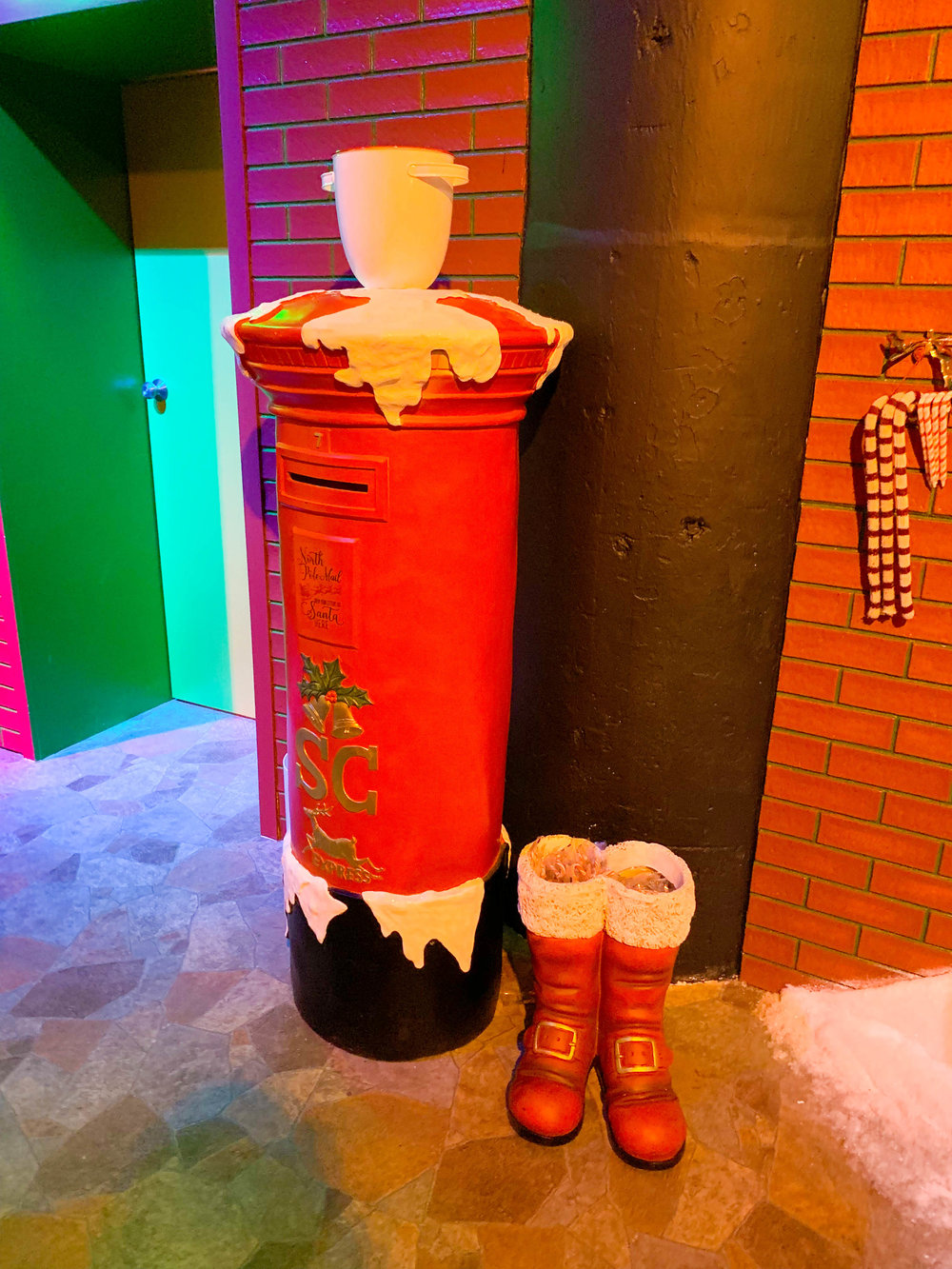 Fa la land - Christmas Pop-up in Downtown LA Christmas Town Santa's Mailbox