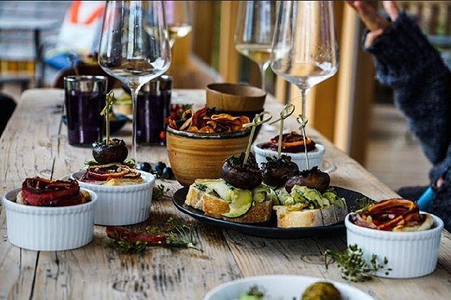So sieht bei uns Mittagessen aus. Mahlzeit! 🥔  #foodforthought #plantbased #westend #livemusic #jazzmunich #vegansinmunich #munichfood #munich #münchen #popupbar #popup #pintxos #jazz #saisonal #foodlove #foodie #food #veganism #health #mindful #plantlove #superfood