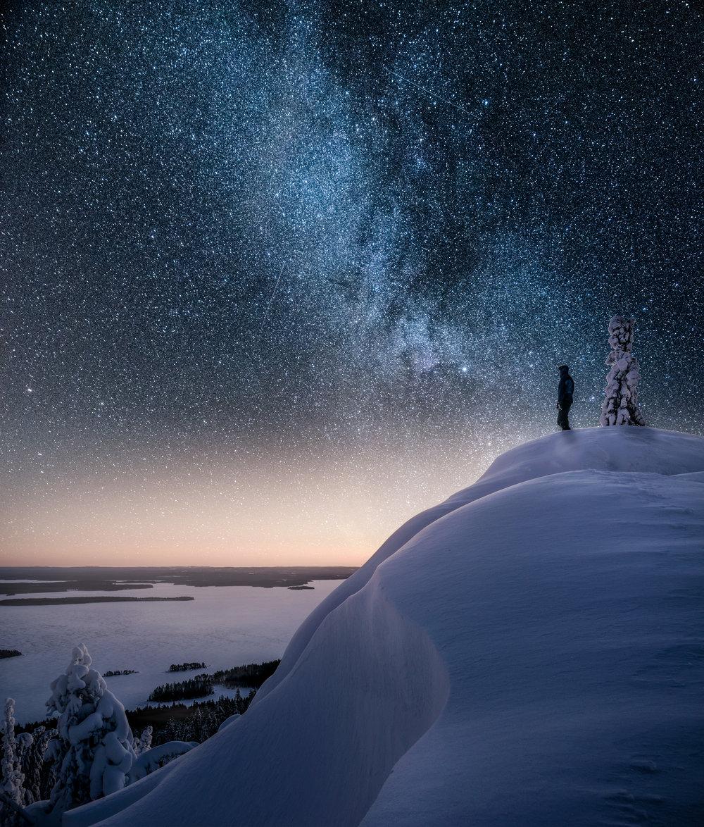 Yötaivaan kuvaaminen - Oletko miettinyt miten ikuistaa tähtitaivas, linnunrata tai revontulet kameralle? Tässä 7 vinkkiä onnistuneeseen yöllisen taivaan kuvaamiseen!