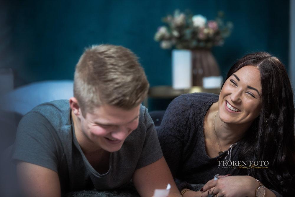 Simone och David hos Fröken Foto Studio i Skene fotograf Malin Richardsson 2019   med logga (46).jpg