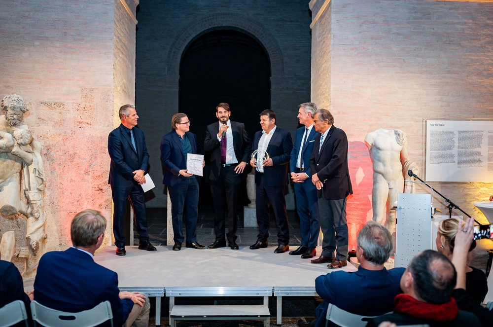 ….  Moderator, Georg Zundel (Gesellschafter), Michael Anton Naderer (CEO), Nikolaus Schweinert (CIO), Robert Metzger (CEO MunichExpo), Prof. Dr. Josef Nassauer (Sprecher Cluster Automotiv) © Kroha Fotografie / MunichExpo  ..  Ceremony of the eMove 360° Award (f.l.t.r. host, dynamic E flow shareholder Georg Zundel, Michael Anton Naderer (CEO), Nikolaus Schweinert (CIO), Robert Metzger and Prof. Dr. Josef Nassauer) Source: Kroha Fotografie / MunichExpo  ….