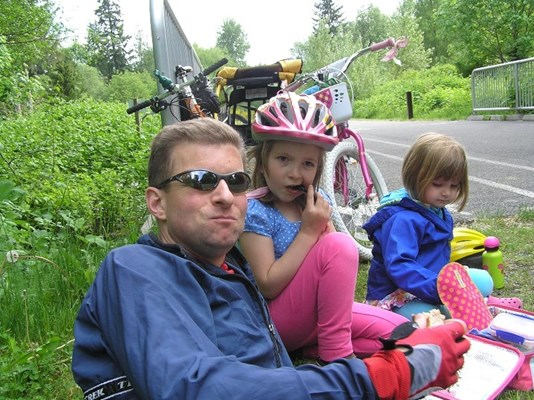 Andy Hulslander with his daughters. Photo from  Seattle Bike Blog.