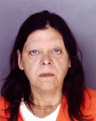 Marjorie Diehl-Armstrong - Sie ist die eigentliche Fadenzieherin des Falls, dessen Aufklärung sich über vier Jahre hinzog. Die Frau aus Eerie, Pennsylvania, brachte bereits drei ihrer Exmänner und Exfreunde um. Obwohl sie eindeutig die Mörderin war, wurde sie nur ein einziges Mal – und mit geminderter Haftstrafe – verurteilt. Marjorie Diehl-Armstrong beherrschte es nämlich bestens, sich als psychisch unzurechnungsfähig darzustellen. Der vermeintlich große Coup brach ihr jedoch das Genick: Weil sie an das millionenschwere Erbe ihres Vater wollte, heckte sie einen verhängnisvollen Plan aus, nämlich einen terroristischen Banküberfall. Das von Brian Wells geklaute Geld war für die Bezahlung des Auftragsmörder gedacht, der ihren Vater umbringen sollte. Doch der Plan missglückte und schlussendlich landet Diehl-Armstrong 2011 doch hinter Gittern und starb 2017 an Brustkrebs.
