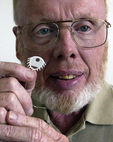 Dr. Thomsen lieferte Anfang der 70er Jahre das wichtigste Zeugnis, welches die fehlerhafte, gefährliche Spirale vom Markt nahm und die FDA dazu veranlasste, die Spirale besser zu überwachen. -