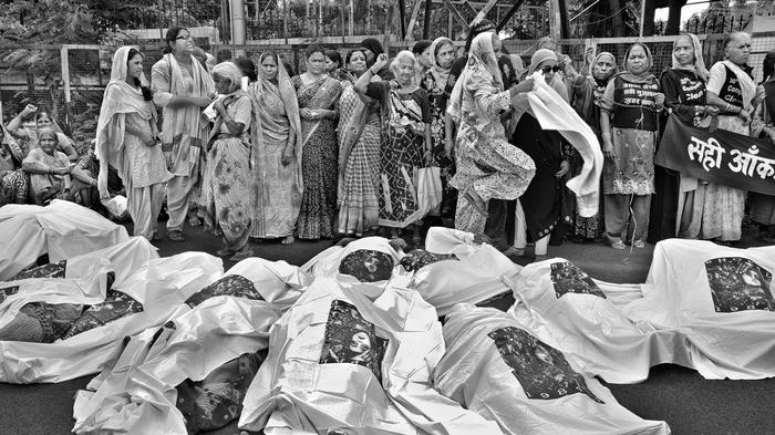 AM 3. Dezember 1984 trat aus einer Pestizidfabrik von Union Carbide im indischen Bhopal ein toxisches Gas aus, das Methylisocyanat enthielt. -