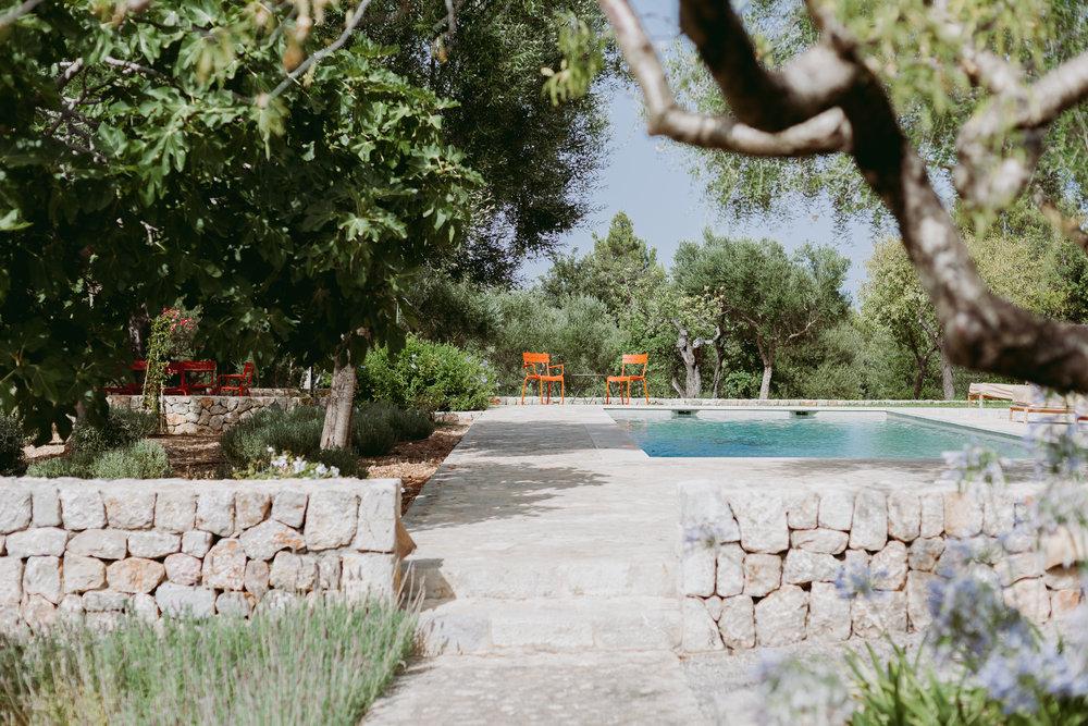LAGE - Can Miret liegt am Rande des Ortes Campanet im Norden von Mallorca. Das ca. 300m2 große Haus besticht durch seinen lässigen Charme, der durch eine Kombination von traditionellen und modernen Ausstattungselementen unterstrichen wird.Aus dem Haus und vom 1,5 ha großen Gelände hat man traumhafte Blicke auf das Tramuntana-Gebirge und den Ort Campanet. Der ca. 1.500 m2 große Garten geht direkt in die wilde Landschaft des übrigen Geländes über. Lavendel, Iris, Bougainville, Rosen, Klettertrompeten und Agaphantus sorgen für Blütenpracht das ganze Jahr über. Der Salzwasserpool ist 12x4m groß.