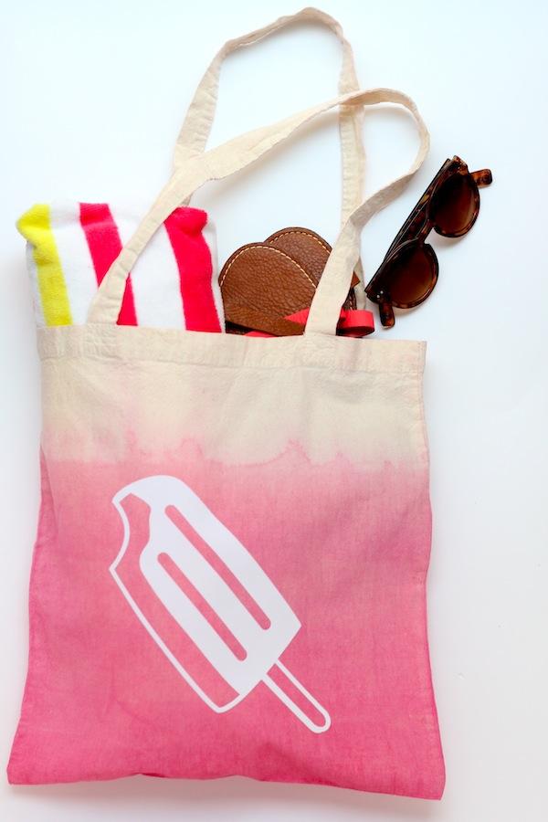En lækker strandtaske med ombre effekt og tryk fra  A Todo confetti . Tasken kan varieres på et utal af måder, og tag bare børnene med ind over projektet.