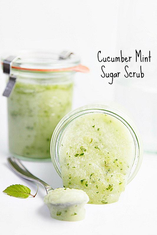 Forkæl en du holder af med lidt hjemmespa. Lav f.eks. en skøn scrub med agurk og mint fra  Bell'alimento . Du kan selv ændre på indholdet af scrub'en, så den passer perfekt til din modtager.